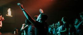 3-razões-para-deixar-as-luzes-acesas-no-momento-das-músicas-no-culto